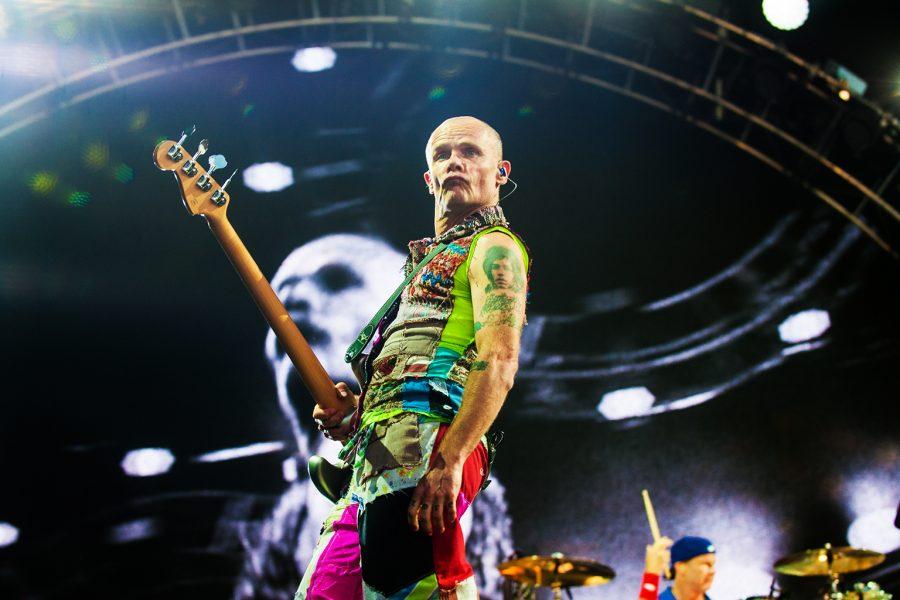 Se cortó la energía en un show de los Red Hot y Flea entretuvo a los fans de una forma muy particular