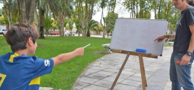 Marcelo Salas, el profesor de matemáticas que enseña gratis en la plaza