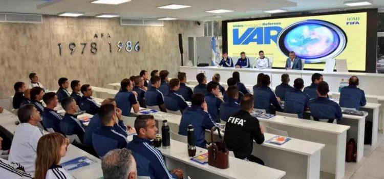 Llegó el VAR al fútbol argentino: los árbitros arrancaron la capacitación